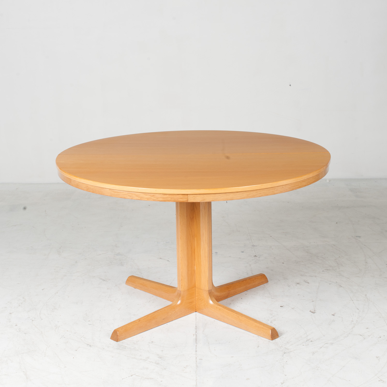 Round Dining Table In Oak With Pedestal Base And 2 Extentions 1960s Denmark 02