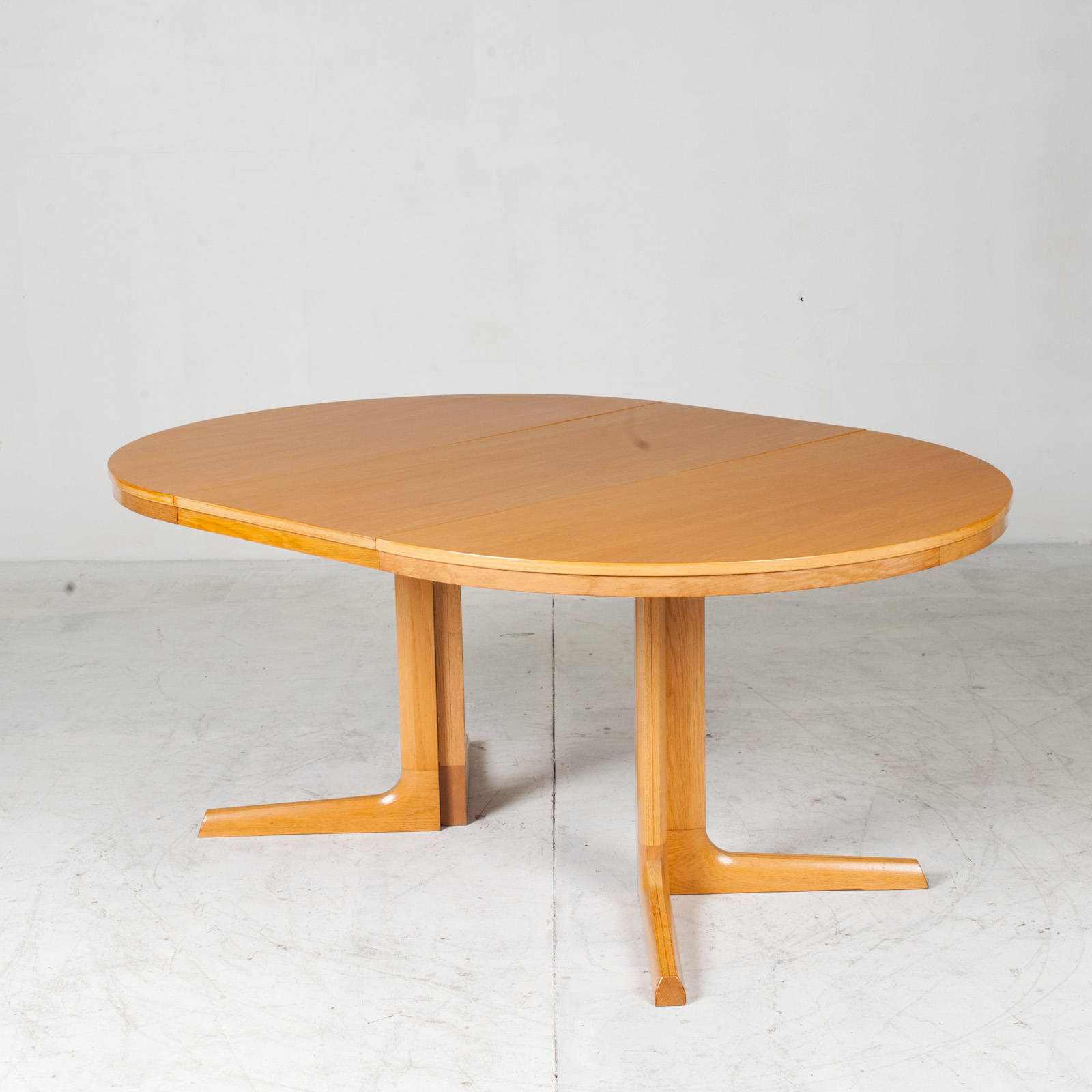 Round Dining Table In Oak With Pedestal Base And 2 Extentions 1960s Denmark 09