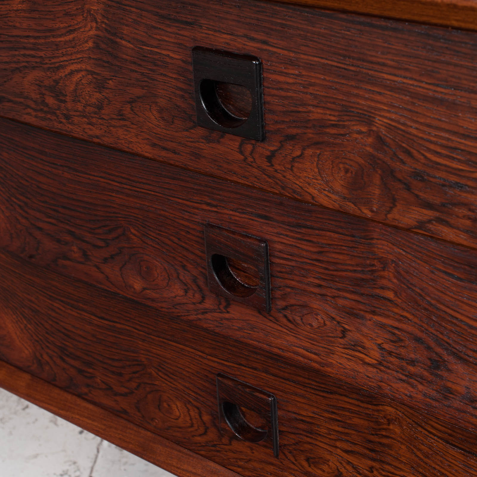 Low Chest Of Drawers In Rosewood 014