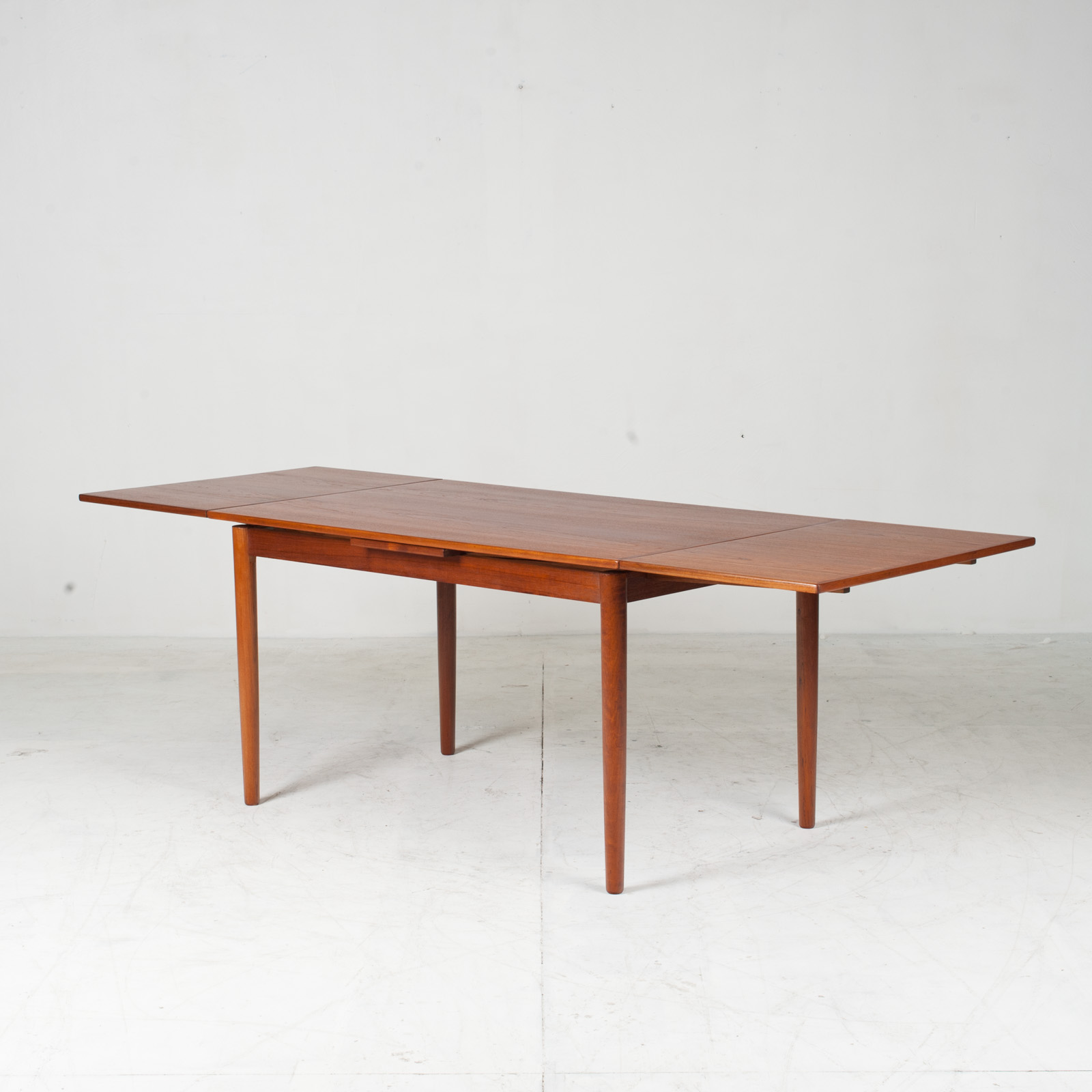 Rectangular Dining Table With Solid Edge In Teak 10