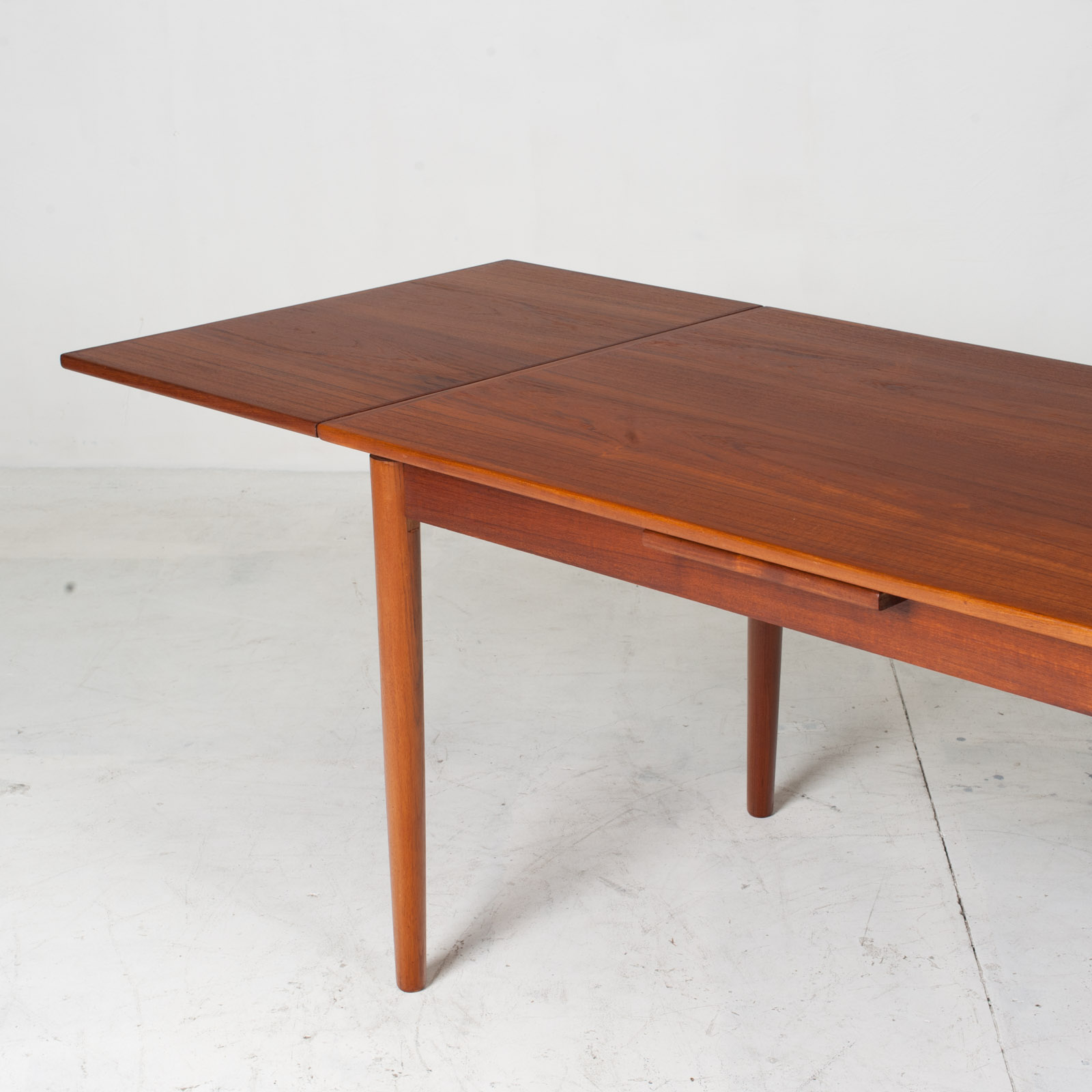 Rectangular Dining Table With Solid Edge In Teak 11