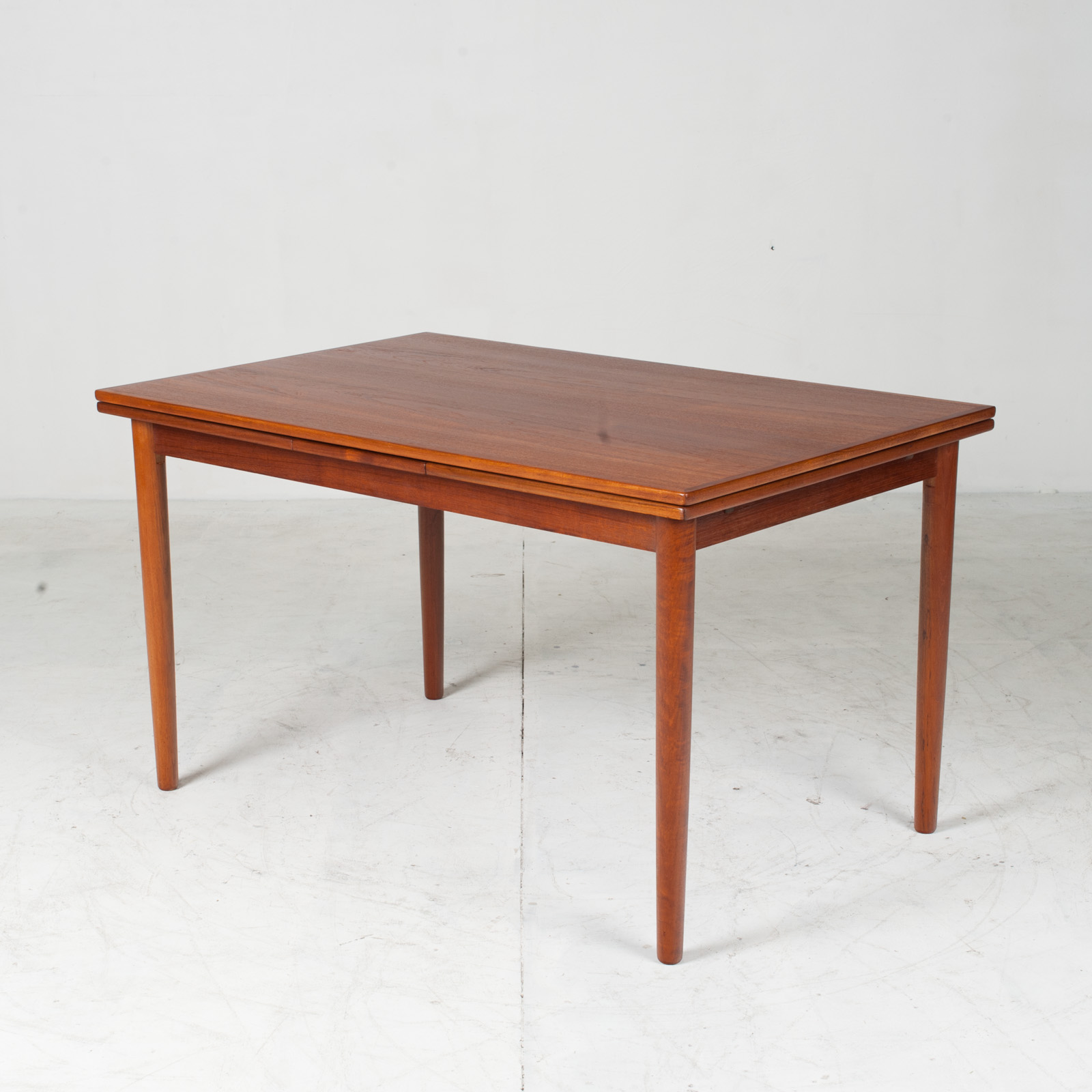 Rectangular Dining Table With Solid Edge In Teak 2