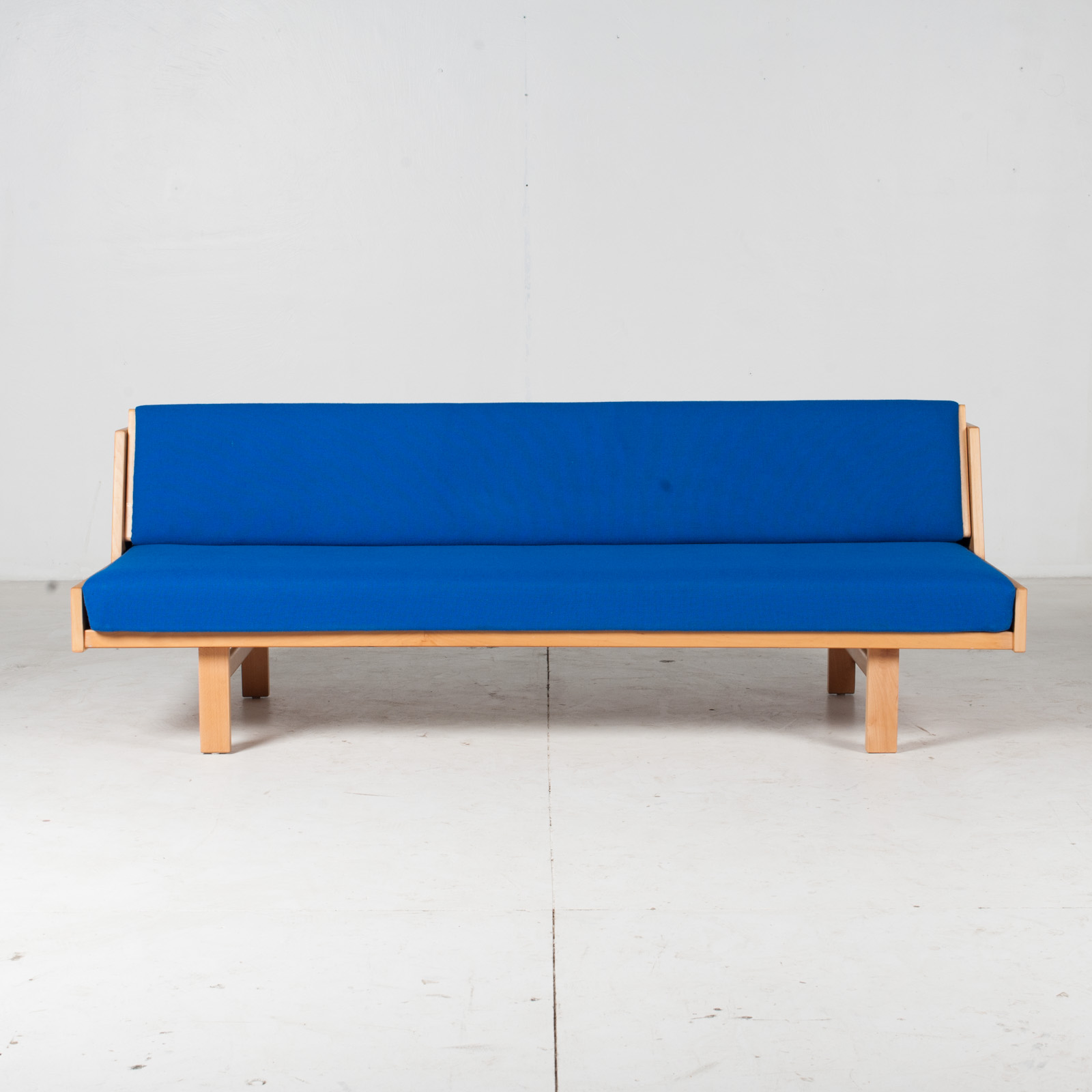 Ge 258 Daybed By Hans J. Wegner In Beech With Original Blue Upholstery For Getama, 1960s, Denmark1