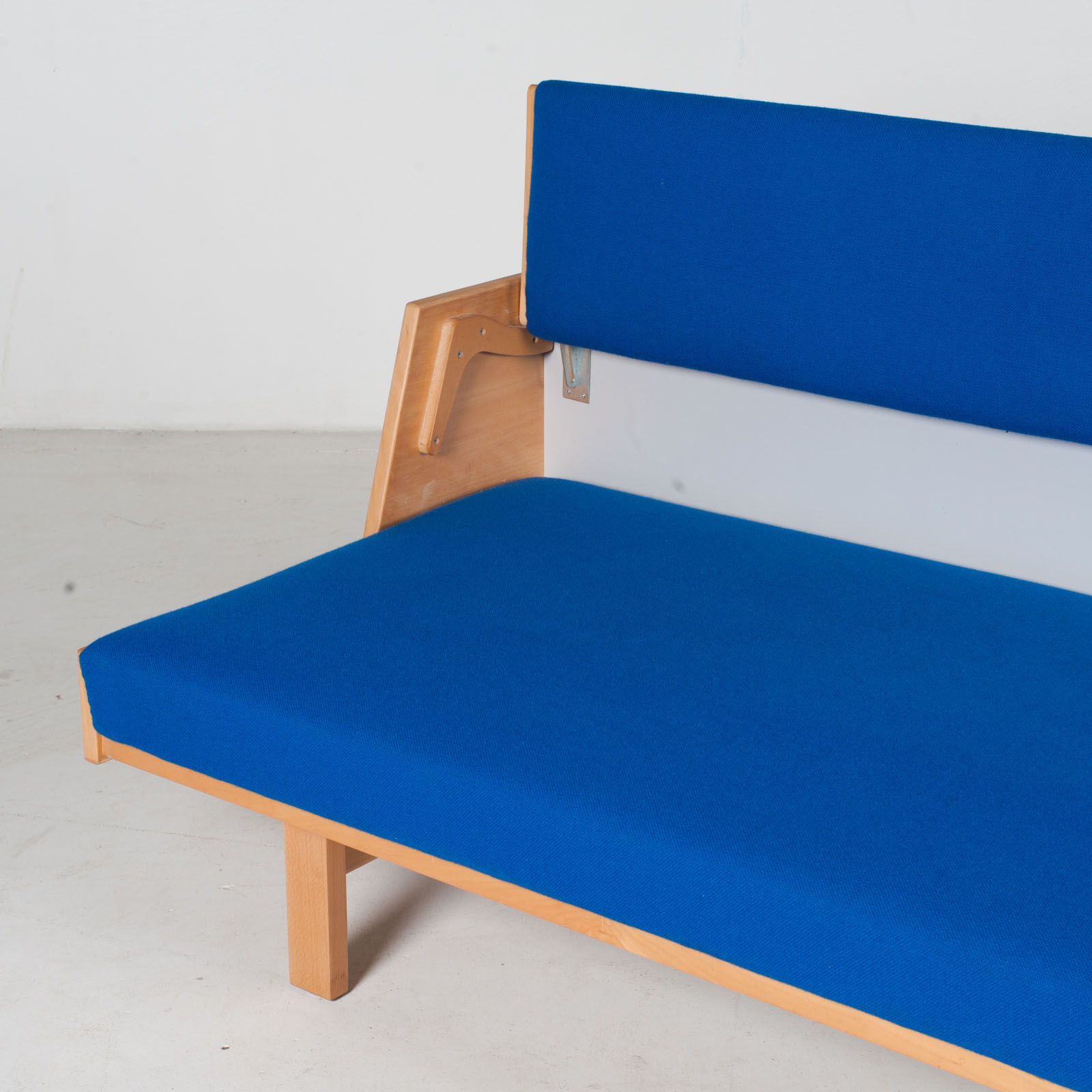 Ge 258 Daybed By Hans J. Wegner In Beech With Original Blue Upholstery For Getama, 1960s, Denmark6