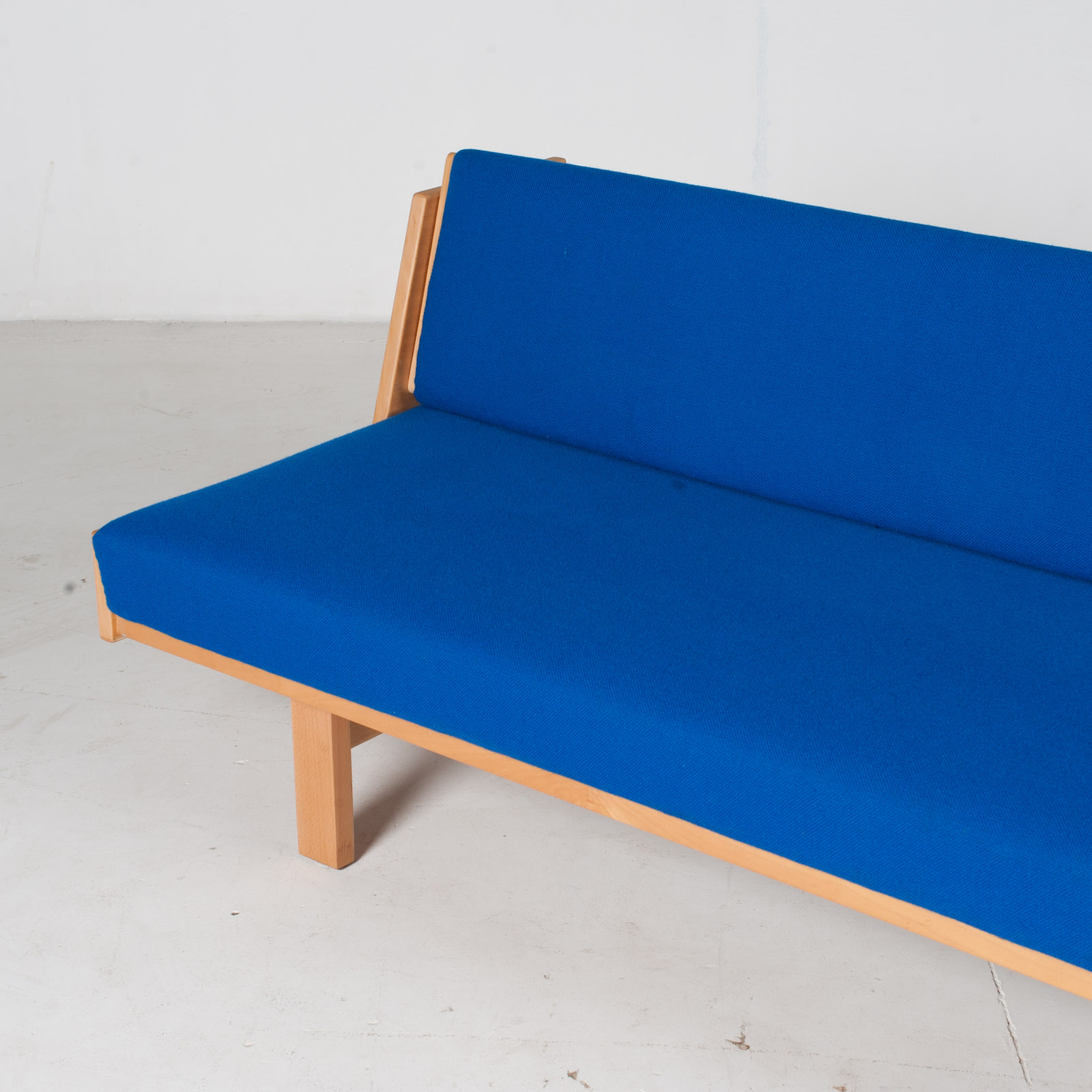 Ge 258 Daybed By Hans J. Wegner In Beech With Original Blue Upholstery For Getama, 1960s, Denmark8