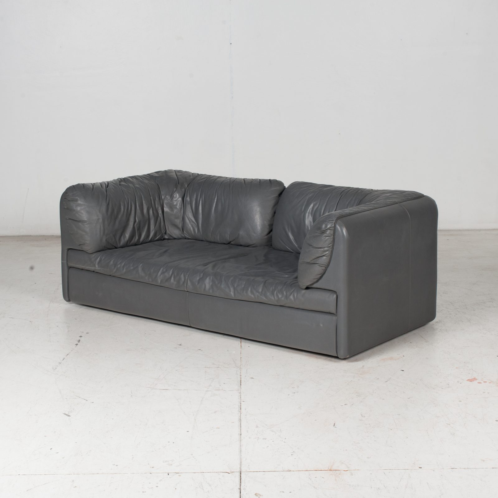 Model Pacific 2.5 Seat Sofa By Cini Boeri For Arflex In Grey Leather, 1980s, Italy High Res Hero
