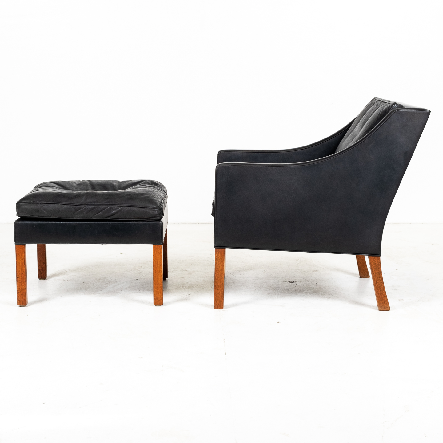 Model 2207 Armchair With Footstool Designed By Borge Mogensen For Fredericia Mobelfabrik In Black Leather, 1960s, Denmark 0000011