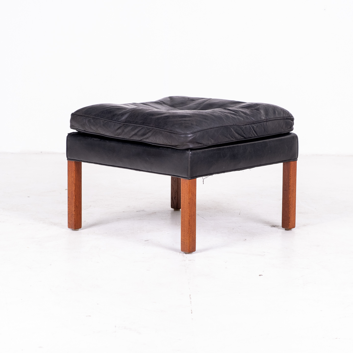 Model 2207 Armchair With Footstool Designed By Borge Mogensen For Fredericia Mobelfabrik In Black Leather, 1960s, Denmark 0000013