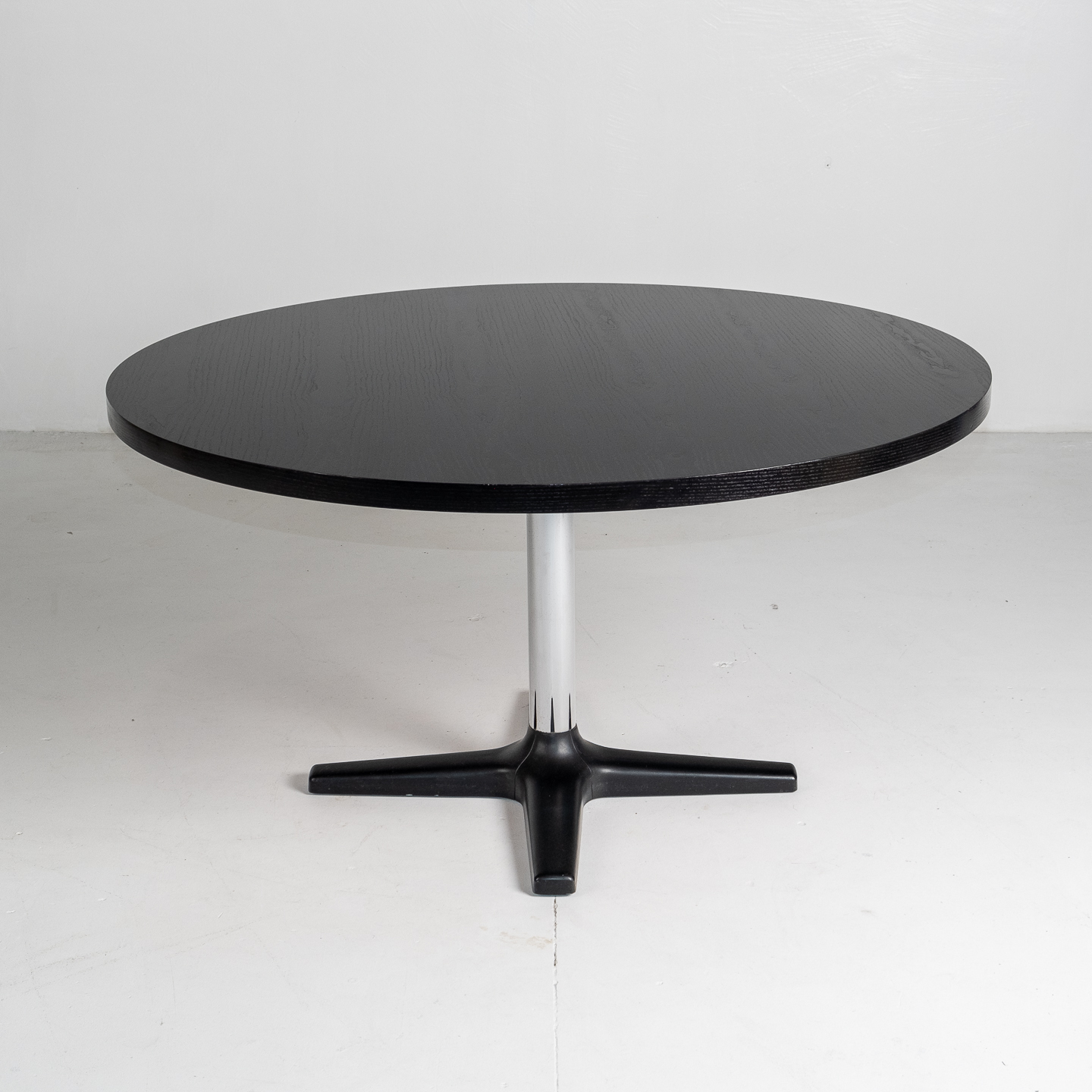Round Dining Table For Pastoe With Chrome Pedestal Base And Painted Japanese Oak Top, 1960s, The Netherlands 1