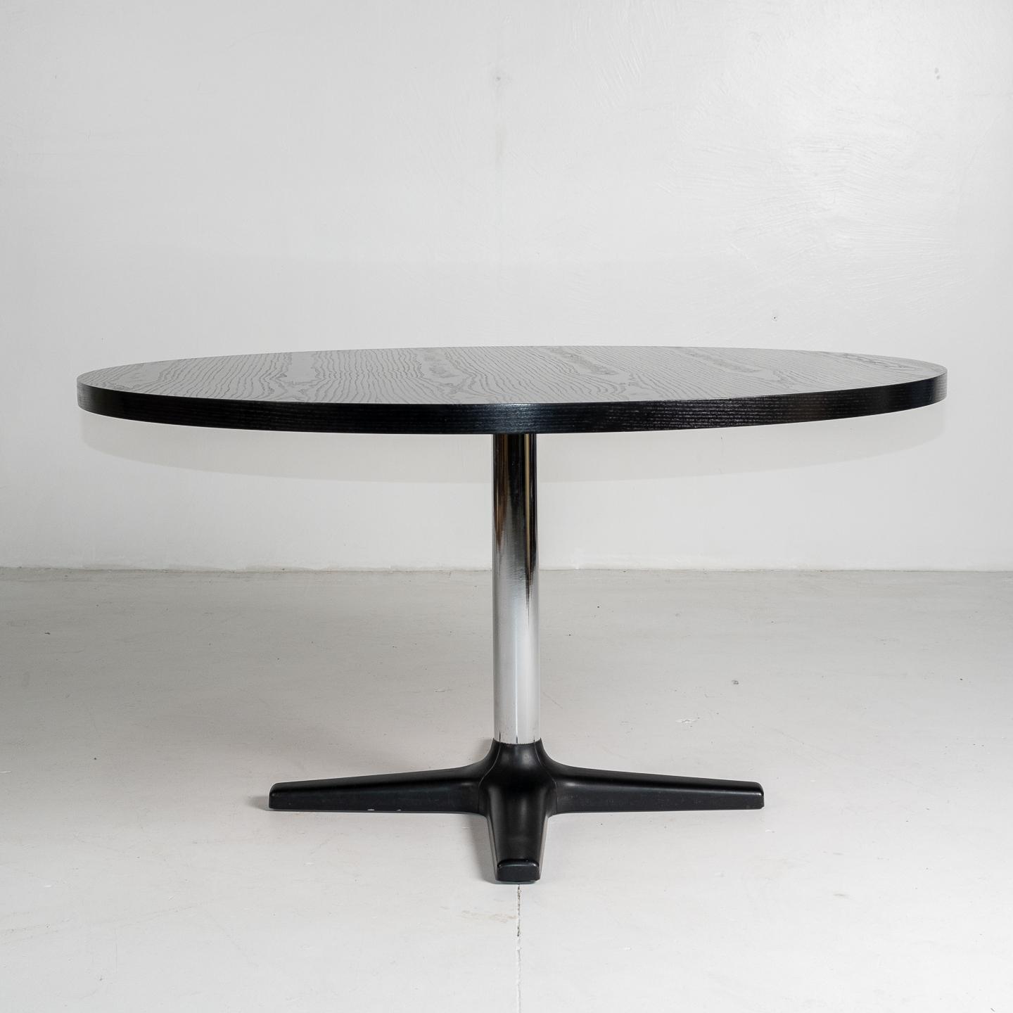 Round Dining Table For Pastoe With Chrome Pedestal Base And Painted Japanese Oak Top, 1960s, The Netherlands 2